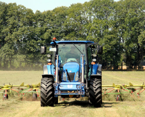 Löwenbruch Heuarbeiten mit Traktor
