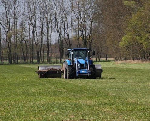 Traktor mit Walzen bei der Arbeit