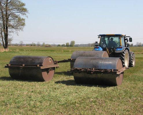 Traktor mit drei Walzen bei der Arbeit